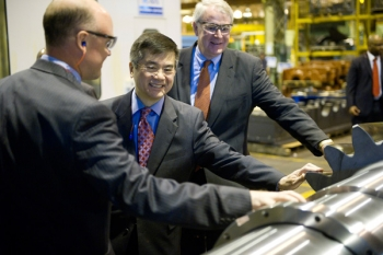 Secretary Locke Inspects a Rexnord Industries Product