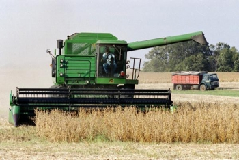 Image of combine in a field (Photo: U.S. Census Bureau)