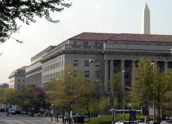 Image of Commerce's Herbert Hoover headquarters with Washington Monument behind