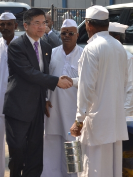 Secretary Locke Meets a Member of the Dabbawala Association Organization