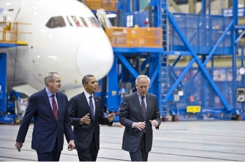 Jim Albaugh, President and CEO of Boeing Commercial Airplanes, President Obama with Jim McNerney, CEO and chair of the PEC (Photo: Boeing)