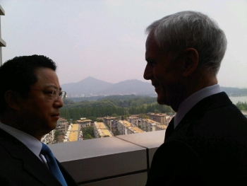 Nanjing Municipal Party Secretary Yang Weize and Secretary Bryson, talking while overlooking Nanjing