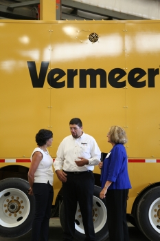 Secretary Pritzker Tours Manufacturing Company, Vermeer Corporation, in Iowa (photo credit: A.J. Hodgeman)