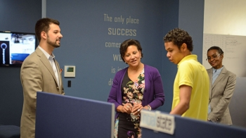 Secretary Pritzker receives a demonstration from one of the entrepreneur inside the Nashville Entrepreneur Center