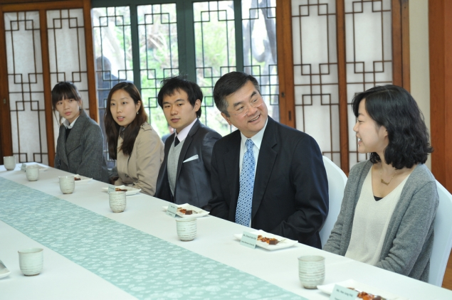 Secretary Locke having tea with Korean university students to discuss the future of U.S.-Korea economic relations