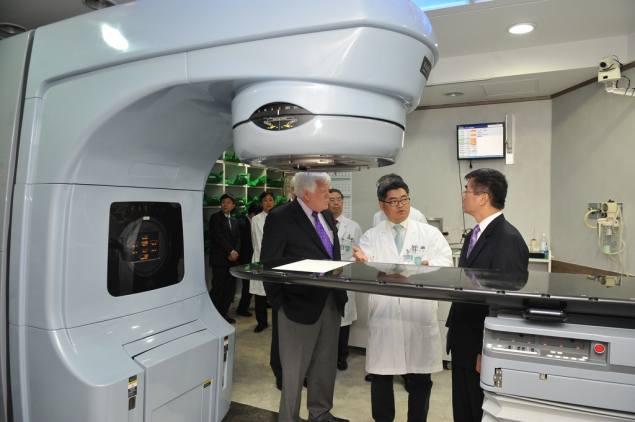 Secretary Locke, Congressman McDermott and Congressman Reichert Made in America radiotherapy equipment at Seoul National University Hospital