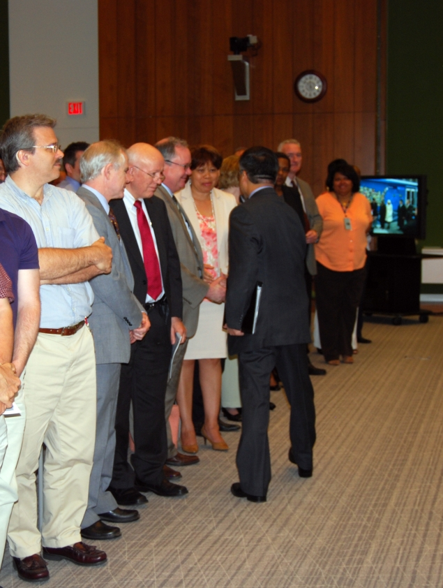 Secretary Locke stops to thank Census employees for their hard work and dedication.