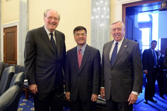 Secretary Locke with Senator Rockefeller and Representative Hoyer