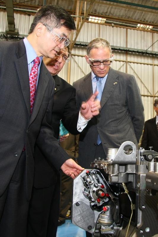 Secretary Locke Inspects a Cummins Engine