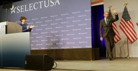 Secretary Pritzker welcomes President Barack Obama to the 2015 SelectUSA Investment Summit