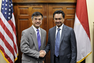 Secretary Gary Locke and the newly-appointed Ambassador of Indonesia, Dr. Dino Patti Djalal, shaking hands