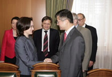 Elvira Nabiullina, Russian Minister of Economic Development, and Commerce Sevretary Locke shake hands at July 2009 meeting in Moscow. File photo.