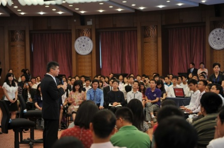 U.S. Commerce Secretary Gary Locke engages in a dialogue with  students at Tsinghua University  working on , clean-energy tech
